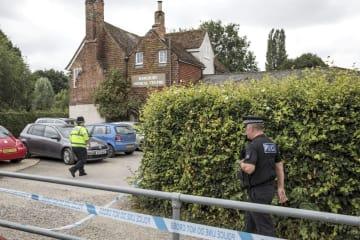 重体となった英国人男女2人の立ち寄り先とみられる英南部ソールズベリーの施設近くを歩く警察官ら=4日(ゲッティ=共同)