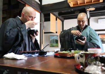 佐藤住職(右)と共に、禅宗ならではの食事も体験した(佐藤住職提供)