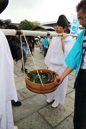 おけに入れたハモをかついで八坂神社に奉納する淡路島観光協会の「はも道中」(京都市東山区)
