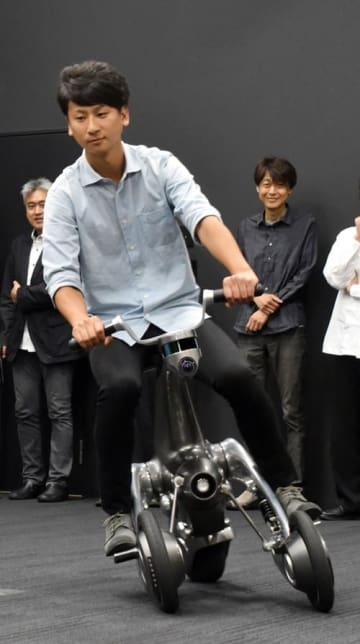 千葉工業大学が開発した変形する搭乗型知能ロボット「CanguRo(カングーロ)」=4日