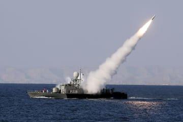 2012年、ホルムズ海峡近くでミサイルを発射するイラン海軍の艦艇(UPI=共同)