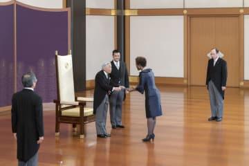 新任駐日大使の信任状奉呈式に臨まれる天皇陛下=5日午前、宮殿・松の間(宮内庁提供)