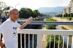 住吉川と六甲山系を臨み「自然の力を侮らず、備えていかなければ」と語る上西勇さん=神戸市東灘区住吉本町1