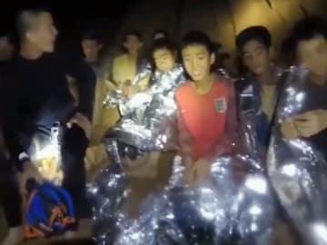 タイ北部チェンライ郊外のタムルアン洞窟で発見された少年ら。タイ海軍特殊部隊が4日、フェイスブックに公開した(共同)