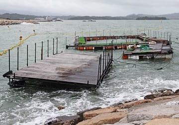 【台風7号による高波で破損したイルカのいけすと接続の桟橋(5日、和歌山県田辺市の扇ケ浜海水浴場で)】