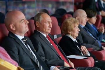 サッカーW杯開幕戦ロシア―サウジアラビアを観戦するロシアのプーチン大統領(左から2人目)=6月14日、モスクワ(タス=共同)