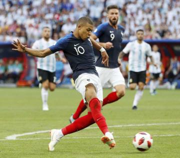 アルゼンチン戦の後半、4点目のゴールを決めるフランスのエムバペ=カザン(ロイター=共同)