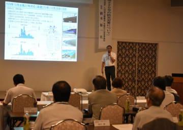 東九州自動車道整備の進捗(しんちょく)状況や国道220号の防災対策について説明した鈴木所長