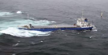 青森県の尻屋崎沖で座礁した貨物船「第11晶恵丸」=5日(八戸海上保安部提供)