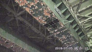 東京電力福島第1原発2号機の原子炉建屋最上階の天井に設置されたクレーンの一部。塗装がはがれている=5日(東電提供)