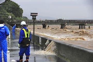 濁流が波打ち、歩道に越水する桂川(5日午後4時57分、渡月橋上流)