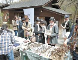 創作活動が盛んな仙台市太白区秋保町であったクラフトフェア「手ん店」。出店者も来場者も年々増えている=4月中旬