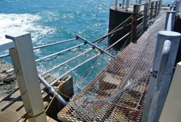 海側に大きく傾いた連絡橋の手すり=長崎県長崎市、端島(長崎市提供)