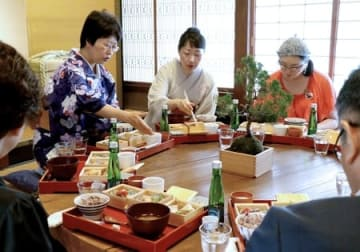 酒蔵の見学者向けに新潟漆器などに盛られて提供される会席弁当の試食会=5日、新潟市中央区の今代司酒造