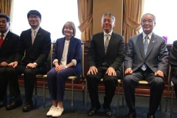 名誉県民、市民称号授与式で撮影に応じる右から中村法道・長崎県知事、イシグロさん、妻ローナさん、田上富久・長崎市長=3日、ロンドン