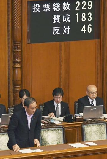 参院本会議でギャンブル依存症対策法が可決、成立し、一礼する菅官房長官(左)=6日午後