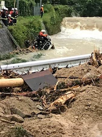 川で見つかった50代女性が乗っていたとみられる車を引き揚げる消防署員ら(6日午前5時、亀岡市畑野町)=亀岡市提供