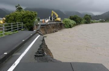 大雨で安芸川が増水し、寸断された県道=6日午前、高知県安芸市