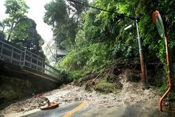 崩れた土砂でふさがれた道路=6日午前8時46分、神戸市東灘区鴨子ケ原2(撮影・吉田敦史)