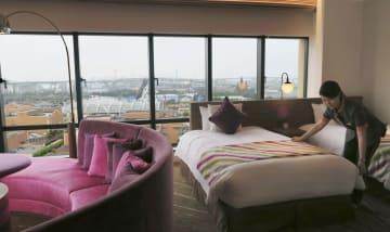 USJを見渡せる「ホテル ユニバーサル ポート ヴィータ」の一室=6日、大阪市