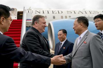 6日、平壌の空港で北朝鮮の李容浩外相(右から2人目)らの出迎えを受けるポンペオ米国務長官(左から2人目)(AP=共同)