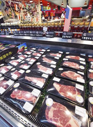 北京市内のスーパーに並ぶ米国産牛肉=6日(共同)