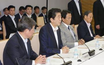 経済財政諮問会議であいさつする安倍首相=6日午後、首相官邸