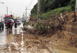 土砂が線路を越えて流入した国道2号=6日午後、神戸市垂水区(撮影・中西大二)