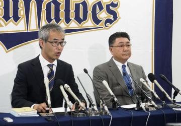 記者会見するオリックスの湊通夫球団社長(左)と長村裕之球団本部長=6日午後、京セラドーム大阪