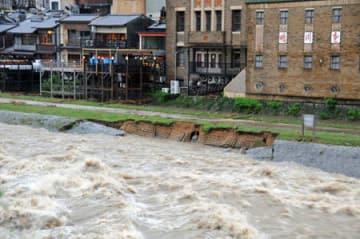 崩落した鴨川の護岸(6日午後6時52分、京都市中京区・三条大橋下流)