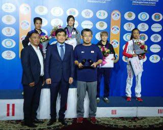 カザフスタンで行われた第6回大統領杯で表彰台の頂点に立った並木