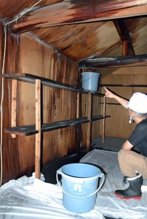 地震で屋根瓦が落ちた松花堂書院内の蔵で見つかった雨漏り(6日午後4時10分、八幡市八幡・松花堂庭園)