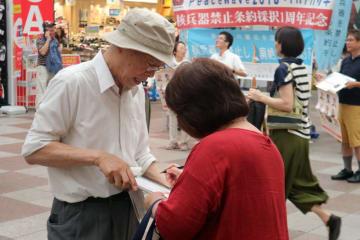 「ヒバクシャ国際署名」の街頭活動=6月26日、長崎市浜町