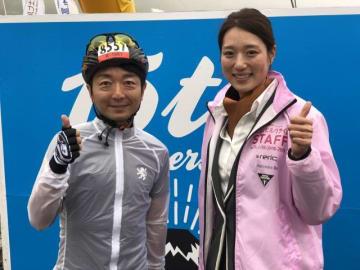 左から、野島裕史、菊池彩花さん(平昌五輪スピードスケート女子チームパシュート・金メダル)(Mt.富士ヒルクライムのスタート地点にて)