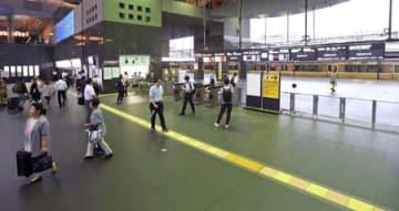 列車の運行が見合わせとなり通勤客がまばらな中央改札付近(6日午後5時48分、京都市下京区・JR京都駅)