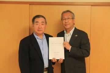 協定を結んだ杉澤市長(右)と萬木会長=長与町、モロキ内科医院