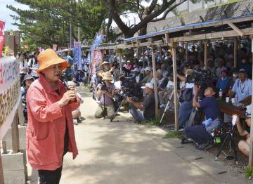 米軍キャンプ・シュワブのゲート前で、米軍普天間飛行場の辺野古移設反対派が開いた抗議集会=7日午後、沖縄県名護市辺野古