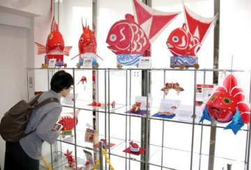 全国各地で特徴が異なる鯛車が並んだサミット=6日、新潟市中央区