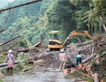 土砂崩れで通行止めになった県道飯田高原中村線=7日午前10時53分、九重町町田
