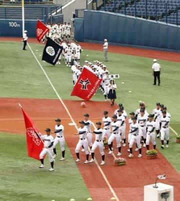 開会式で入場行進をする球児たち=7日午前、新潟市中央区のハードオフ・エコスタジアム