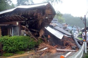 土砂崩れで倒壊した民家(7日午前7時20分、綾部市上杉町)