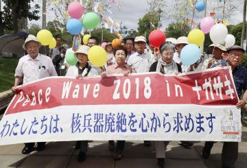 核兵器廃絶を求め行進する被爆者ら=7日午後、長崎市