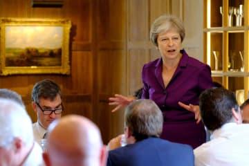 6日、ロンドン郊外の首相別荘で特別閣議を開くメイ英首相(ロイター=共同)