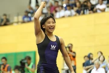 世界選手権の代表を手中にし、満面の笑みを浮かべた須崎優衣(早大)