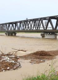 加古川の水位が上昇し、橋げたに迫った=加古川市米田町船頭