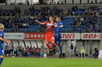 後半39分、ゴールを決める徳島のブエノ(右)=鳴門ポカリスエットスタジアム