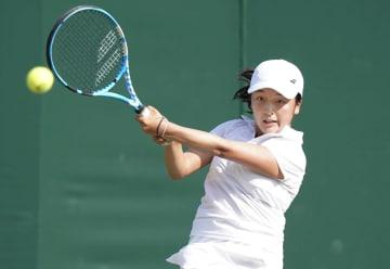 ウィンブルドン・ジュニア選手権の女子シングルス1回戦でプレーする佐藤南帆=ウィンブルドン(共同)