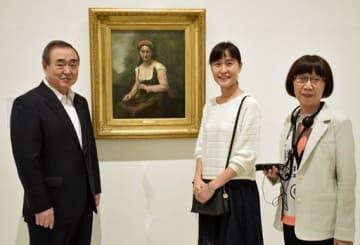 3万人目の来場者となり、塩越実行委員長(左)と記念撮影する珍田さん(中)と母の紀子さん。作品はコローの「花の輪を持つ農婦」