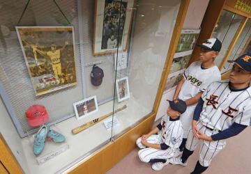 衣笠氏のバットなども並べられた「ベースボールコレクション展」=ビッグN
