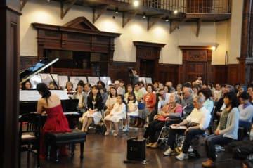 レトロな雰囲気の中、クラシックの調べに聞き入る聴衆ら